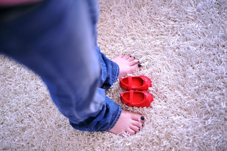 babybauch und rote schuhe kidsandcouture