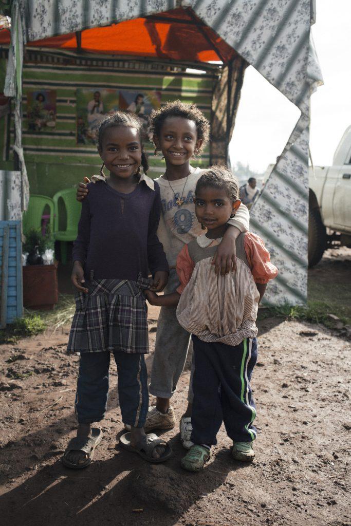 """Bereits zum elften Mal startet in diesem November die Aktion von Pampers für UNICEF """"1 Packung = 1 lebensrettende Impfdosis"""". Pampers unterstützt mit dieser Initiative das Kinderhilfswerk der Vereinten Nationen im Kampf gegen Tetanus bei Müttern und Neugeborenen. Seit Beginn der Partnerschaft konnte mit der Unterstützung von Eltern und deren Babys weltweit ein Meilenstein erreicht werden: In insgesamt 19 Ländern, der Hälfte aller vormals betroffenen Länder, konnte Tetanus bei Müttern und Neugeborenen bereits eliminiert werden. Zu diesem Meilenstein hat auch die Initiative von Pampers für UNICEF beigetragen. Aber es gibt noch immer viel zu tun: In den verbliebenen 19 Ländern weltweit sind weiterhin 67 Millionen Frauen und ihre Neugeborenen von der Krankheit bedroht. Deshalb ist das Engagement der Partner ungebrochen: Von November 2016 bis Januar 2017 unterstützt Pampers das Kinderhilfswerk der UN bei jedem Kauf einer Packung Pampers mit dem UNICEF-Logo mit dem Gegenwert einer lebensrettenden Impfdosis gegen Tetanus. Schauspielerin Jasmin Gerat spielt nicht nur manchmal in erfolgreichen Kinofilmen eine Mama, sondern ist auch selbst Mutter von zwei Töchtern und in diesem Jahr Aktionsbotschafterin der Initiative. Sie reiste im Sommer nach Äthiopien und erlebte dort, wie die Menschen vor Ort leben, wie das Impfprogramm von UNICEF umgesetzt wird und warum Tetanus noch immer eine Gefahr für Mütter und Neugeborene darstellt."""